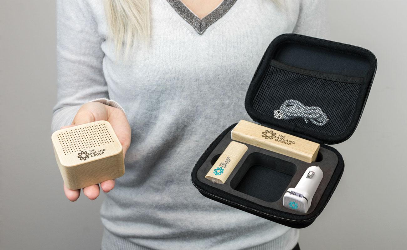 メープル L - USB 名入れ, 法人ギフトモバイルバッテリー, Custom Car Charger と Custom Speakers